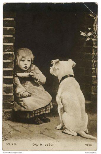 Pocztówka z lat 1920-1924 przedstawiająca psa siedzącego przed zaskoczonym dzieckiem z talerzykiem